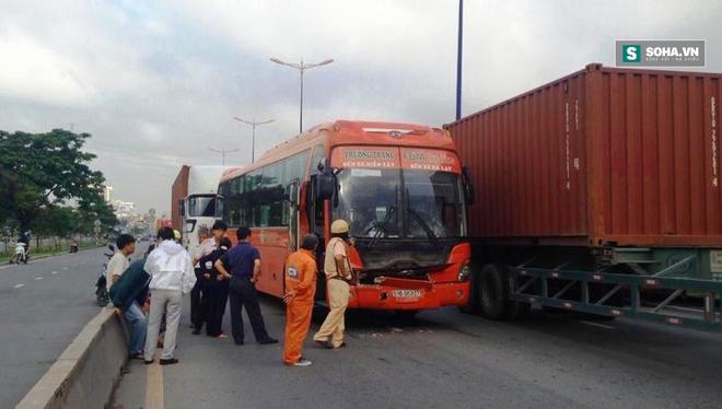 Hành khách hốt hoảng la hét sau tai nạn liên hoàn trên xa lộ - Ảnh 2.