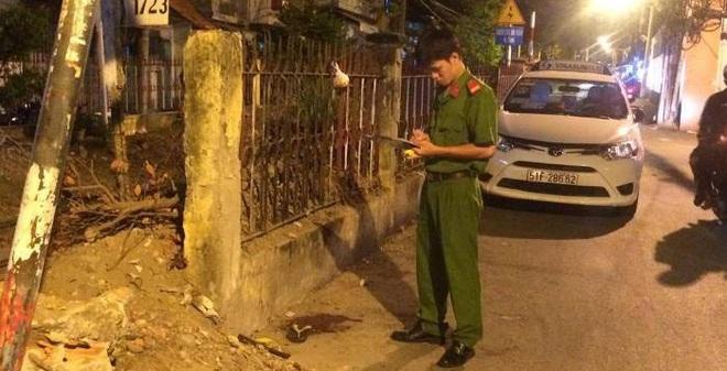Hai người đàn ông cầm mã tấu huyết chiến ngay giữa khu phố