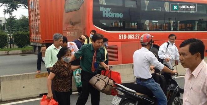 Hành khách hốt hoảng la hét sau tai nạn liên hoàn trên xa lộ