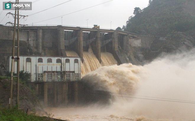 Hà Tĩnh: Trời mưa lớn, nhà máy thủy điện Hố Hô đang xả lũ trong đêm