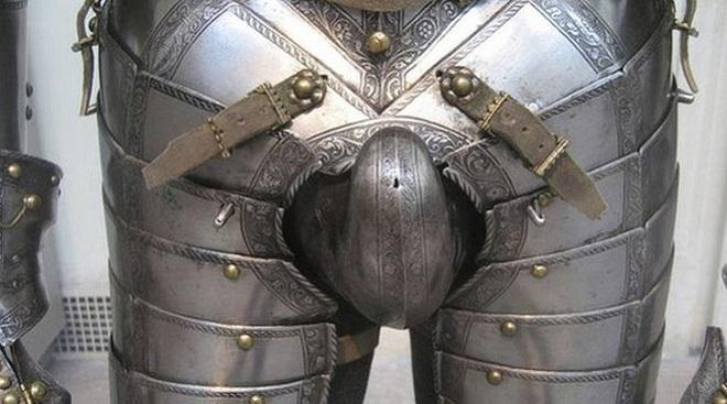 Hiệp sĩ thời Trung cổ mặc giáp sắt kín người thế thì đi vệ sinh như thế nào?