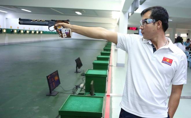 Xạ thủ Hoàng Xuân Vinh trổ tài bắn tắt ngọn nến