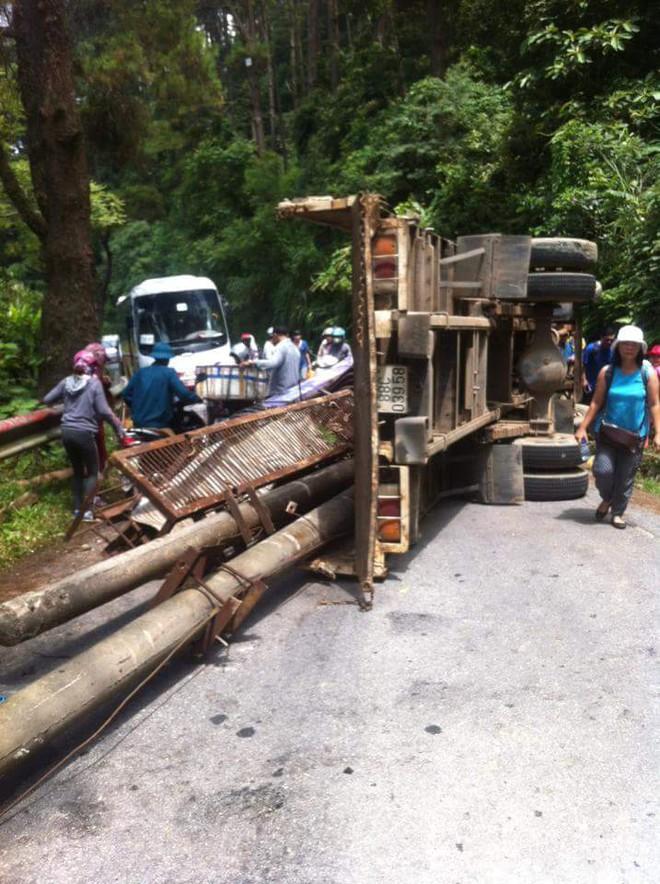 Xe tải nằm chắn ngang quốc lộ 2B, đường lên Tam Đảo kẹt cứng - Ảnh 1.