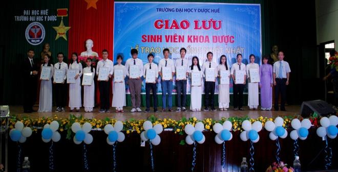 Dược phẩm Nhất Nhất trao tặng học bổng thủ khoa