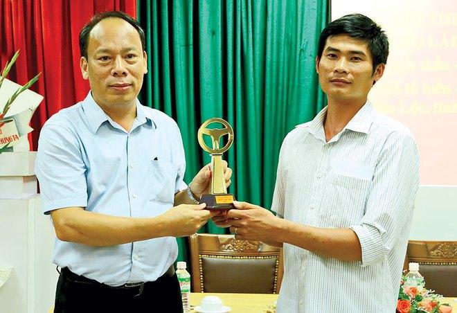 Tài xế cứu xe khách mất phanh ở Lâm Đồng nhận giải Vô lăng vàng - Ảnh 1.