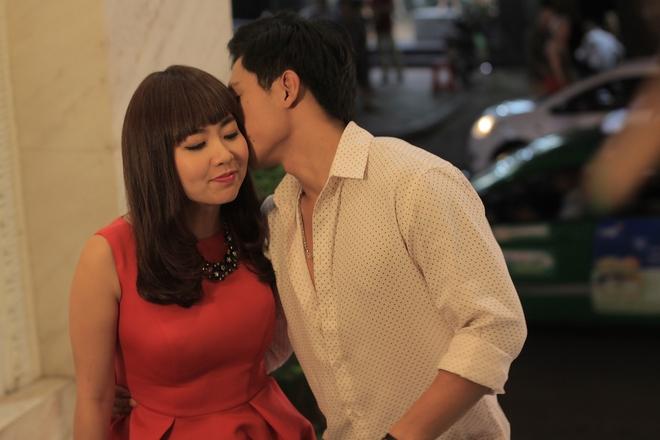 Vừa tái xuất Lê Khánh đã được trai trẻ ôm hôn tình cảm - Ảnh 3.