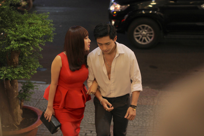 Vừa tái xuất Lê Khánh đã được trai trẻ ôm hôn tình cảm - Ảnh 4.