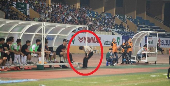 """Cái thụp người """"lạ thường"""" của thuyền trưởng U19 Việt Nam"""