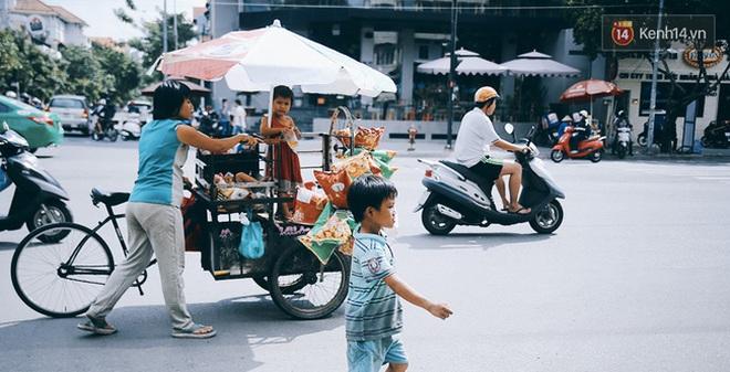 3 đứa trẻ trên chiếc xe hàng rong cùng mẹ mưu sinh khắp đường phố Sài Gòn