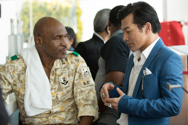 Mike Tyson nắm tay thân thiết với Trần Bảo Sơn trên phim trường - Ảnh 1.