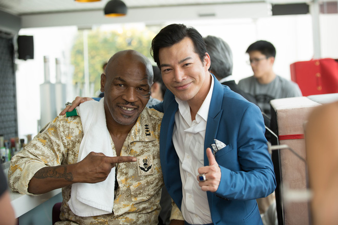 Mike Tyson nắm tay thân thiết với Trần Bảo Sơn trên phim trường - Ảnh 3.
