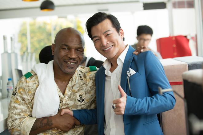 Mike Tyson nắm tay thân thiết với Trần Bảo Sơn trên phim trường - Ảnh 2.
