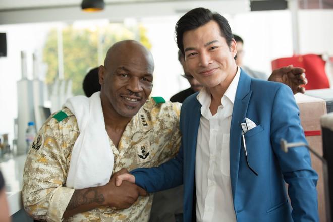 Mike Tyson nắm tay thân thiết với Trần Bảo Sơn trên phim trường - Ảnh 4.