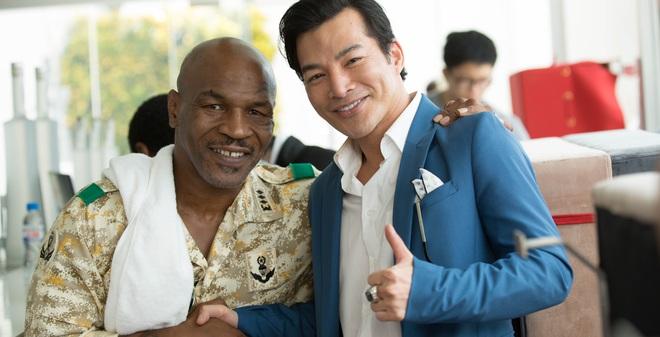 Mike Tyson nắm tay thân thiết với Trần Bảo Sơn trên phim trường