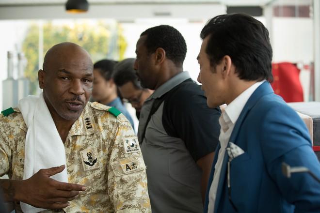 Mike Tyson nắm tay thân thiết với Trần Bảo Sơn trên phim trường - Ảnh 5.