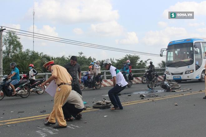 Va chạm với xe cứu thương ngã xuống đường, bị xe buýt cán tử vong - Ảnh 1.