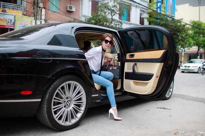 Ngọc Trinh ngồi siêu xe, mặc gợi cảm khi xuất hiện tại Bắc Ninh - Ảnh 1.