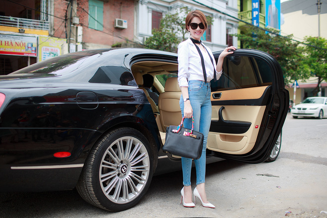 Ngọc Trinh ngồi siêu xe, mặc gợi cảm khi xuất hiện tại Bắc Ninh - Ảnh 2.