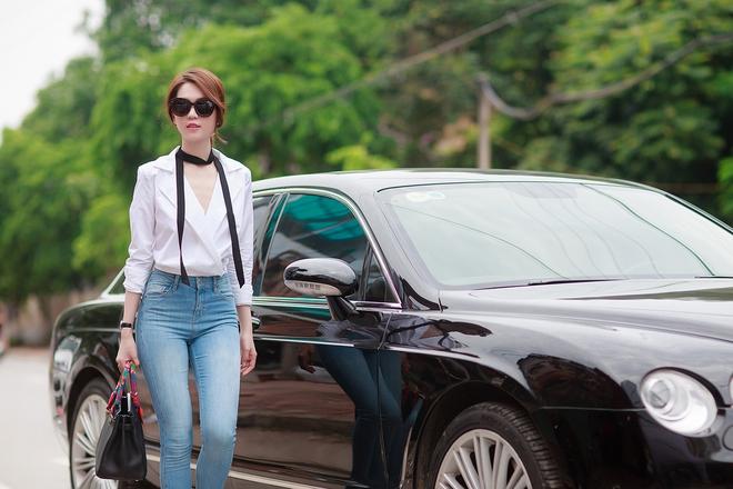 Ngọc Trinh ngồi siêu xe, mặc gợi cảm khi xuất hiện tại Bắc Ninh - Ảnh 4.