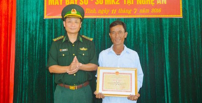 Tặng giấy khen cho ngư dân cứu phi công SU-30MK2 gặp nạn