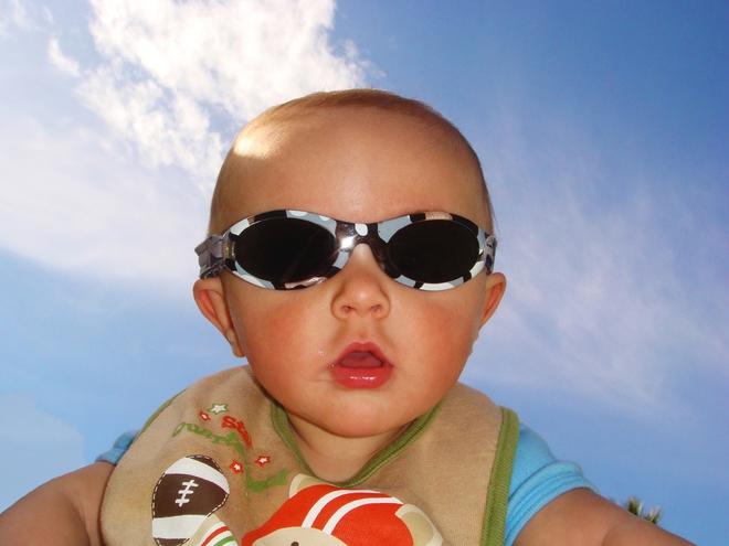 Trẻ bị cận thị, hỏng mắt vì sở thích sành điệu của cha mẹ - Ảnh 3.