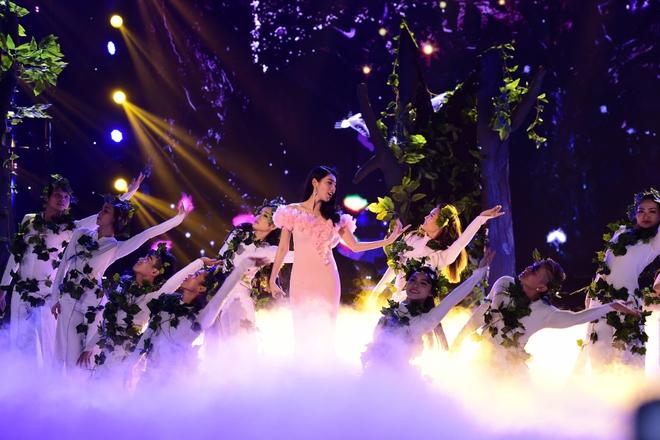Hành động gây xôn xao của Tuấn Hưng khi hát tại Hoa hậu Việt Nam - Ảnh 7.