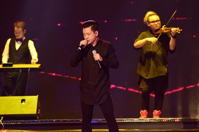 Hành động gây xôn xao của Tuấn Hưng khi hát tại Hoa hậu Việt Nam - Ảnh 1.