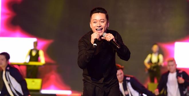 Hành động gây xôn xao của Tuấn Hưng khi hát tại Hoa hậu Việt Nam
