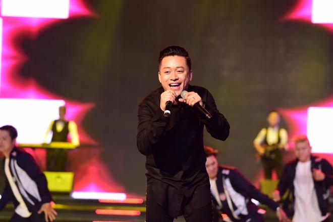 Hành động gây xôn xao của Tuấn Hưng khi hát tại Hoa hậu Việt Nam - Ảnh 2.