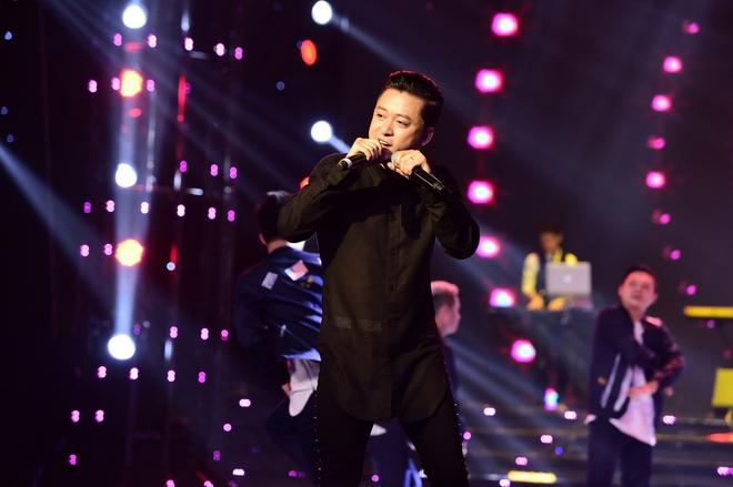 Hành động gây xôn xao của Tuấn Hưng khi hát tại Hoa hậu Việt Nam - Ảnh 3.