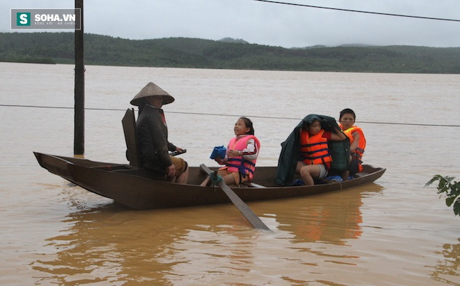 Hàng trăm nhà dân ở Hà Tĩnh bị ngập, hơn 30 nghìn học sinh phải nghỉ học