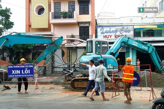 Công nhân bị vùi lấp khi đang lắp đặt ống thoát nước - Ảnh 1.