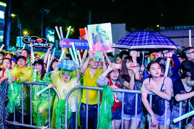 Khán giả đội mưa đi xem liveshow kỳ lạ của Sơn Tùng M-TP - Ảnh 1.