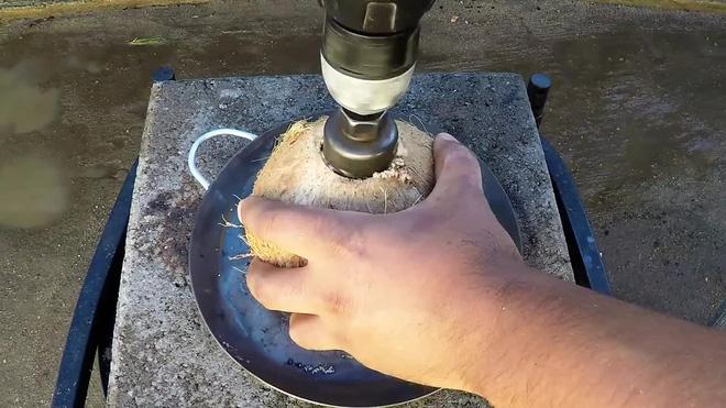 Chuyện gì sẽ xảy ra đổ đồng nóng chảy vào một quả dừa?