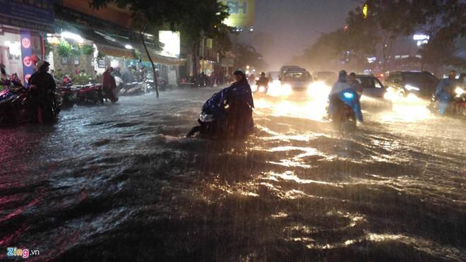 15 hình ảnh chìm trong biển nước sau mưa lớn ở TP HCM và Hà Nội - Ảnh 3.