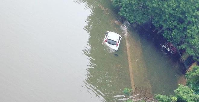 15 hình ảnh chìm trong biển nước sau mưa lớn ở TP HCM và Hà Nội