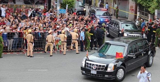 Người dân TP HCM hào hứng chào đón đoàn xe TT Mỹ Obama