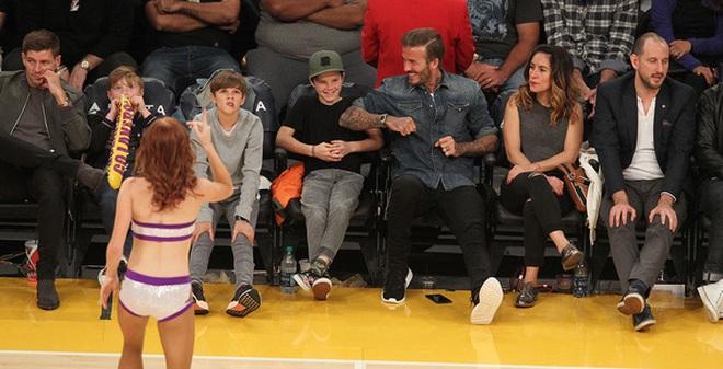 David Beckham trêu Cruz ngượng chín mặt khi nhìn thấy nữ cheerleader xinh đẹp