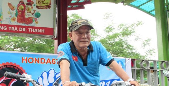 Cụ ông 70 tuổi làm xe ôm miễn phí cho sĩ tử