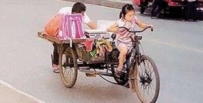 Dân mạng xúc động trước cảnh em bé đạp xe ba gác mưu sinh