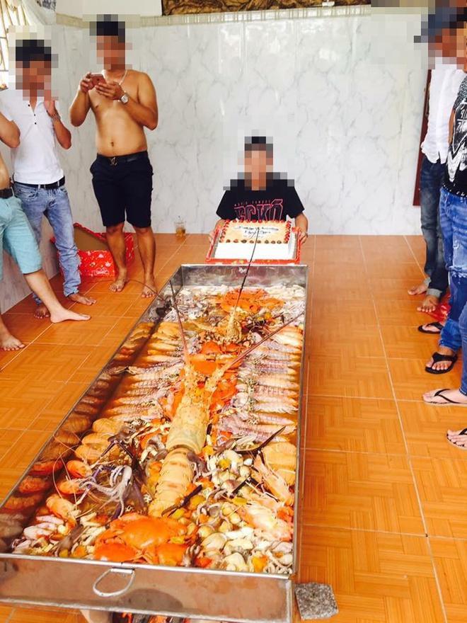 Nồi lẩu hải sản dài 2 mét - khủng chưa từng thấy ở Việt Nam - Ảnh 4.
