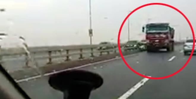 Tước GPLX tài xế xe tải đi ngược chiều trên cầu Nhật Tân