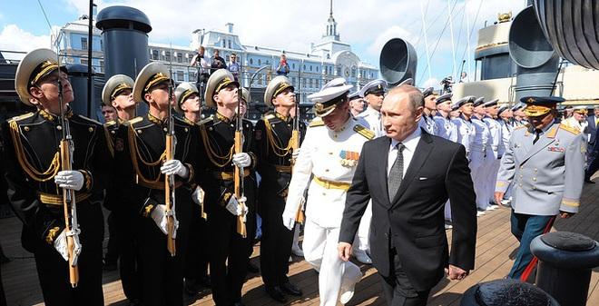 ẢNH+VIDEO: Tổng thống Putin thăm chiến hạm Rạng Đông huyền thoại