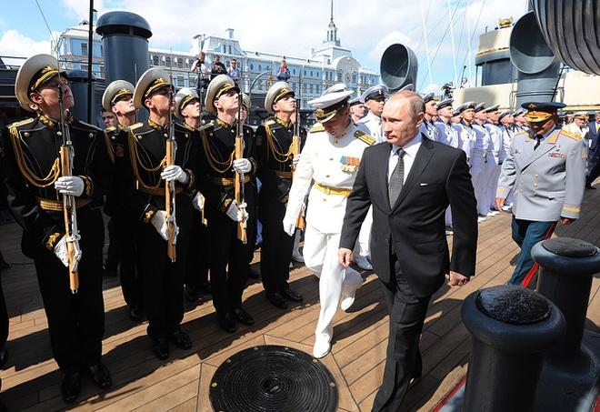 ẢNH+VIDEO: Tổng thống Putin thăm chiến hạm Rạng Đông huyền thoại - Ảnh 3.