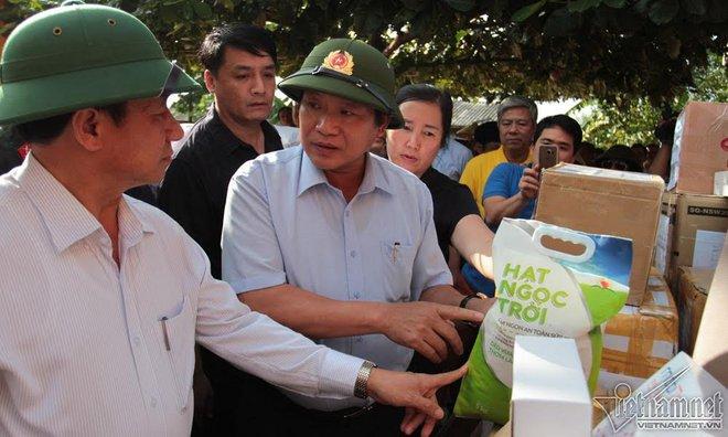 Bộ trưởng TT&TT trao 100 tấn gạo, hơn 1 tỷ cho vùng lũ - Ảnh 1.