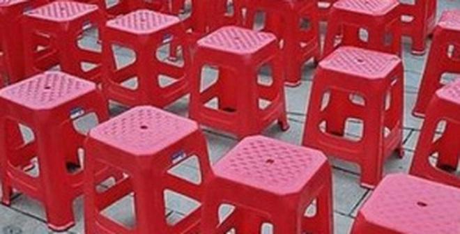 Trên mặt ghế nhựa nhất định phải có 1 lỗ hình tròn, lý do không phải như nhiều người vẫn nghĩ