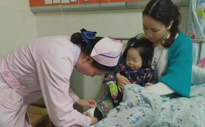 Sốt 21 ngày không đi tiểu, bé 1 tuổi suy thận nặng: Gia đình òa khóc khi biết nguyên nhân