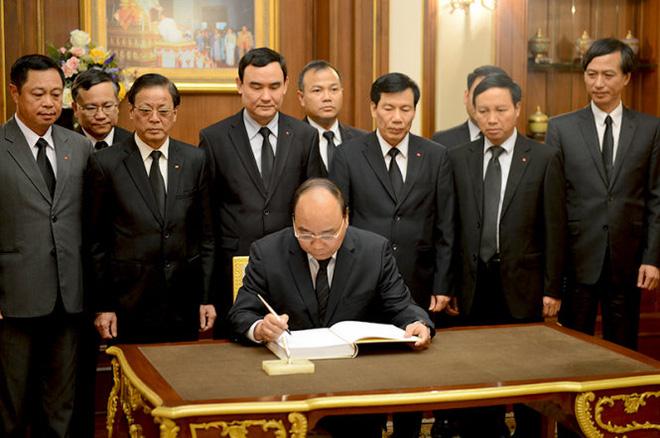 Thủ tướng Nguyễn Xuân Phúc viếng Nhà vua Thái Lan Bhumibol Adulyadej - Ảnh 2.