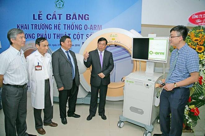 Bệnh viện Bạch Mai áp dụng công nghệ chẩn đoán, điều trị cột sống hiện đại nhất thế giới - Ảnh 2.