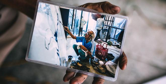 """Người họa sĩ già và những tấm biển quảng cáo vẽ tay """"độc nhất vô nhị"""" ở Sài Gòn"""